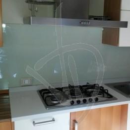 Paraschizzi cucina in vetro laccato, su misura